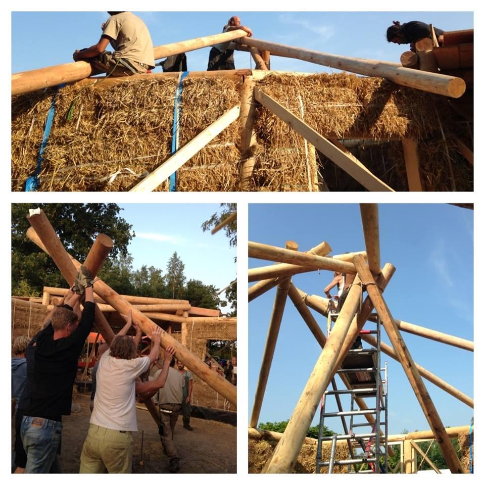 Met behulp van een driepoot wordt het dak geplaatst