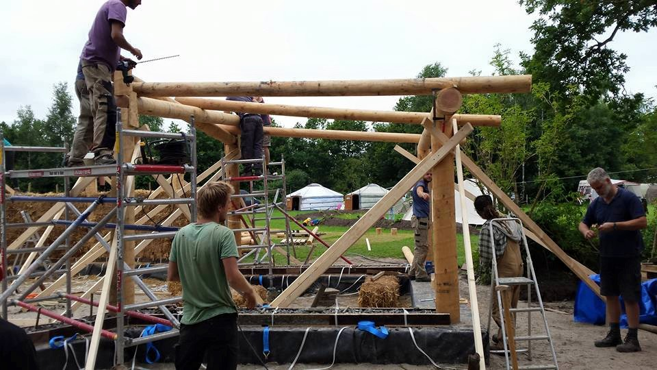 De houtconstructie van de aanbouw