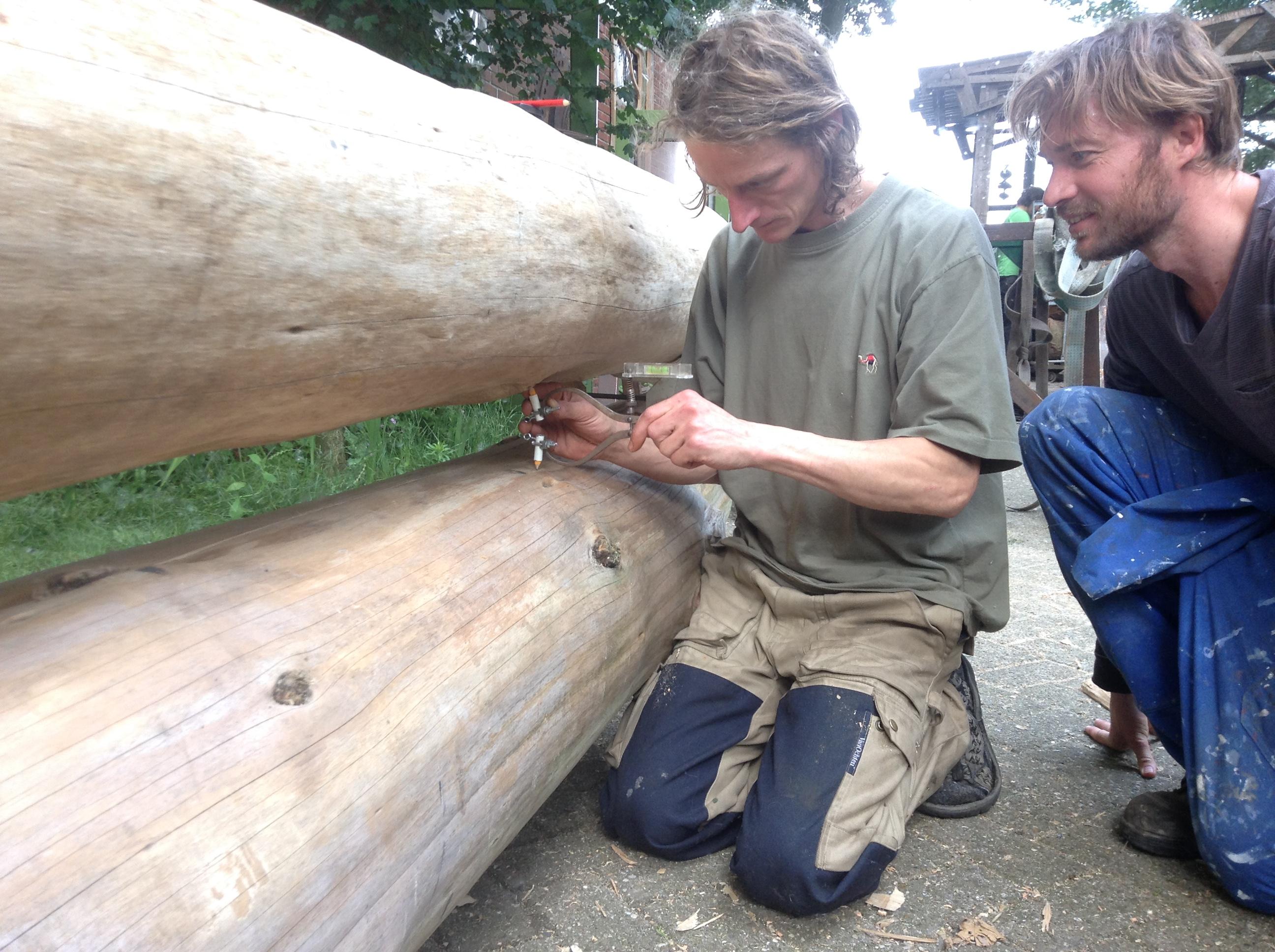 Met een speciaal meetinstrument worden de bomen afgetekend
