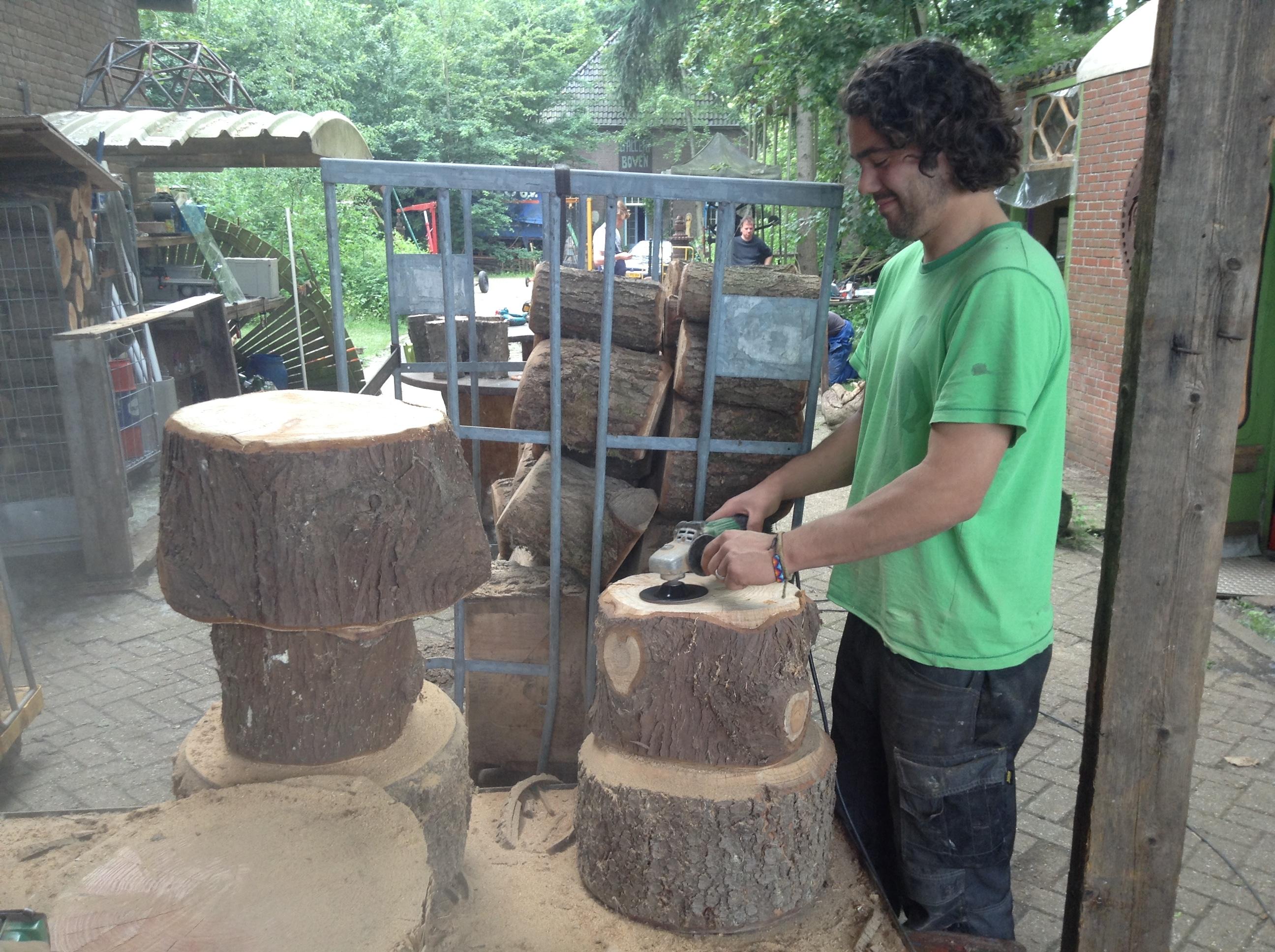 Het hout wordt lichtjes bewerkt met een schuurmachine