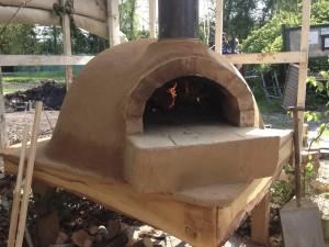 De pizzaoven wordt droog gestookt